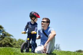 Hình ảnh mỉm cười hạnh phúc của cha với con trai trên một chiếc xe đạp