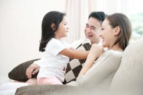 Ảnh gia đình vợ chồng và con gái trong phòng khách