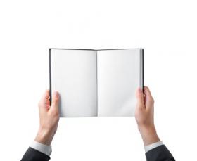 Ảnh chụp tay cầm một quyển sách trắng trên nền trắng