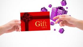 Ảnh minh họa tay giữ thẻ quà tặng