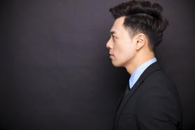 Ảnh chụp doanh nhân đứng trước nền màu đen