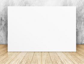 Ảnh hình vuông trống trắng trên bức tường và nền sàn bằng gỗ
