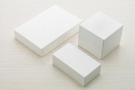 Ảnh hộp trắng khắc trên nền bằng gỗ
