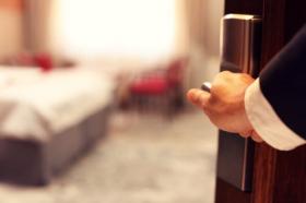 Hình ảnh hiển thị bàn tay của doanh nhân mở phòng khách sạn