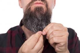 Hình ảnh người đàn ông đầy râu ria và dầu chăm sóc cho nam giới