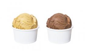 Ảnh chụp kem vani trong chén và hương vị sôcôla được tách ra trên nền trắng